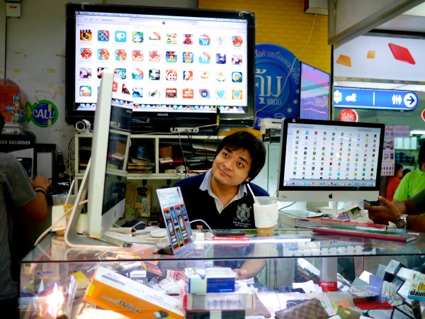 A mall kiosk in Bangkok selling smartphone apps.